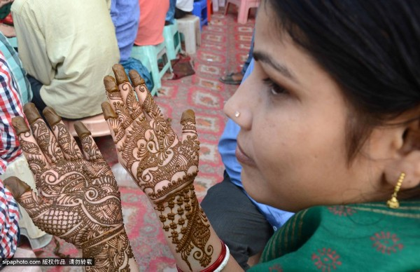 印度女性提吉节前夕做手部海娜纹身 为丈夫长寿祈福