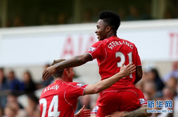 斯特林/8月31日,利物浦队球员斯特林(右)与队友庆祝进球。