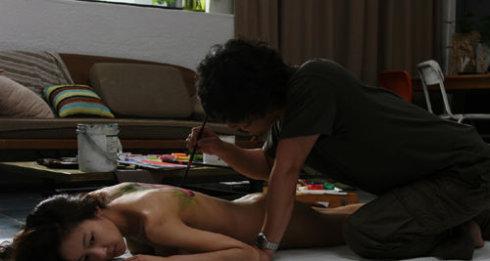 无防备都市》中 孙艺珍和金明敏有过一段激烈的床戏