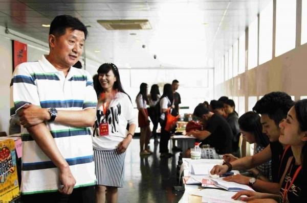 北京电影学院迎来2014级新生图片