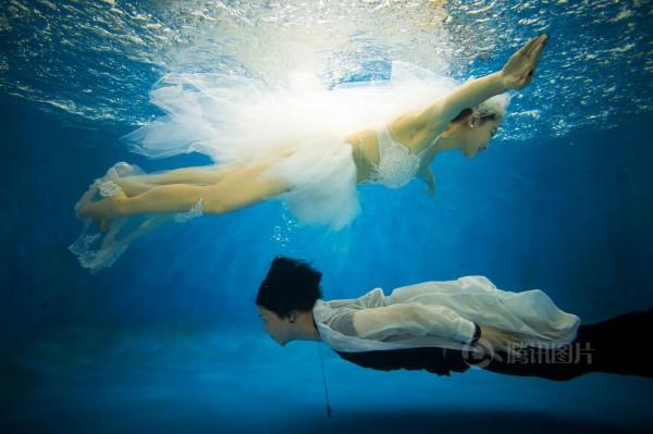 上海情侣拍摄水下唯美婚纱照