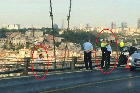 土耳其警察以跳桥男子为背景自拍
