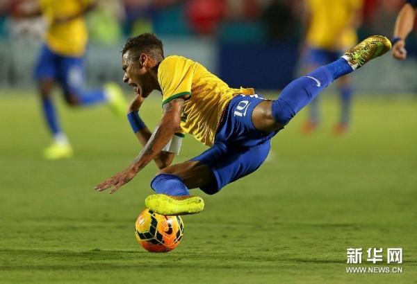 9月5日,巴西队球员内马尔在比赛中被绊倒. 新华社/法新-热身赛 巴西图片
