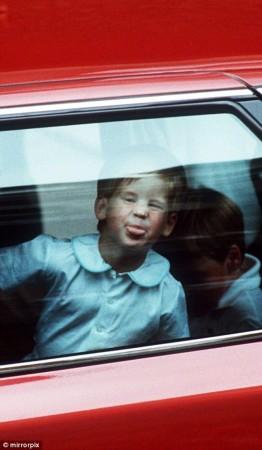 哈里王子的母亲戴安娜王妃遭遇车祸不幸去世.图为出席母亲葬礼的哈