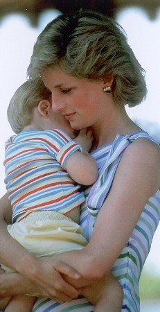 王子依偎在母亲戴安娜王妃的怀中,此时他们全家正在马约卡岛度假