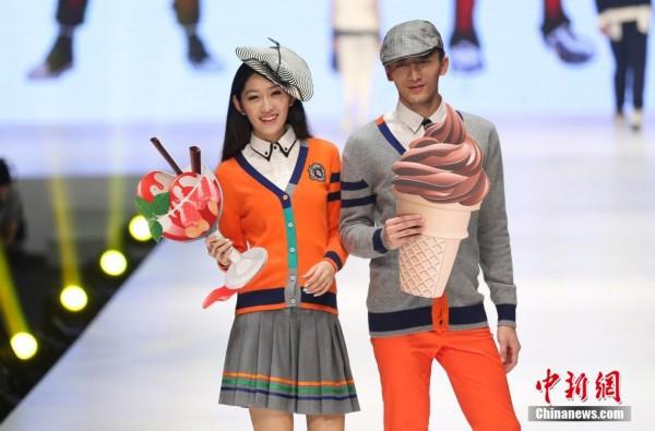 """创意周的系列活动之一,主题为""""young年华""""的江苏省服装院校校服设计"""