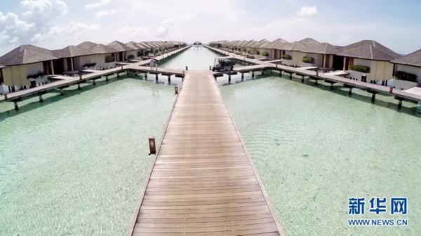 这是在马尔代夫天堂岛上的水中别墅(9月11日摄)。马尔代夫著名度假海岛天堂岛有40幢建在浅海的水中别墅,以及200多套面向大海的海景套房。天堂岛坐落在北马尔代夫北环礁,距离马累国际机场及首都马累大约9.6公里。岛的总长度为931米,宽为250米。新华社发