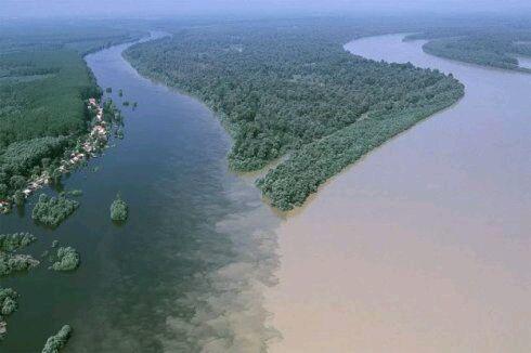 令人惊奇的河流交汇景象:泾渭分明颜色迥异
