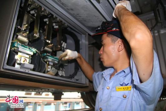 9月12日重庆车辆段重庆北运用所职工对蓄电池箱接线进行检查.