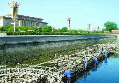 以保证国庆期间喷泉系统正常运行.本报记者 -天安门金水河音乐喷