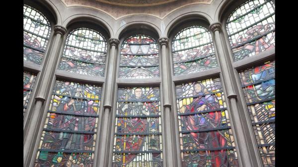 卡内基/楼梯旁彩色的玻璃窗户。