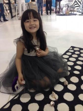 可爱的天使脸庞,一微笑就萌萌哒的娇俏小萝莉,果断的萌到爆啊.