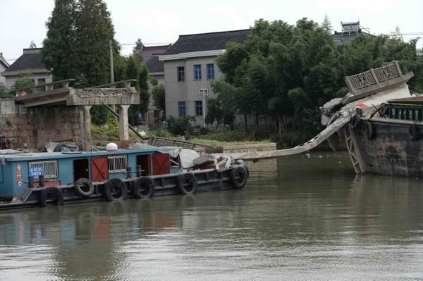 2014年10月8日,上海,青浦区白鹤镇附近水域发生两船碰擦事故,一艘船