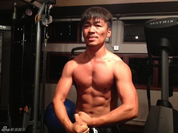 健身房锻炼腹肌的器械