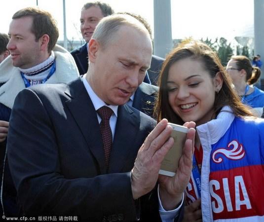 普京与美女选手玩自拍