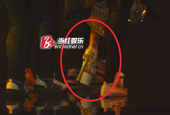新闻中心 娱乐新闻 娱乐动态    原标题:赵丽颖蹬25厘米超高跟扮金鹰