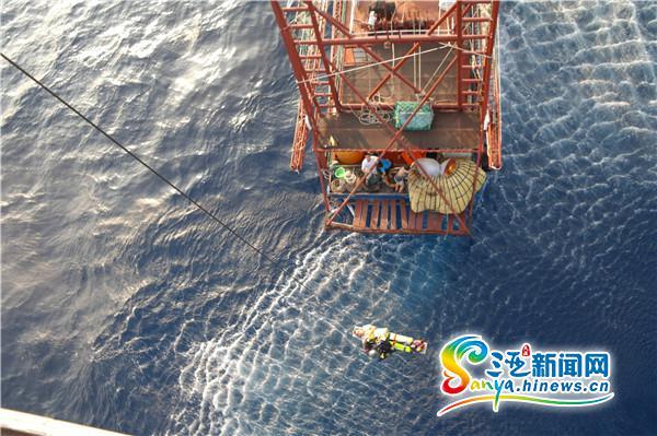 渔民110海里外作业摔成重伤三亚出动直升机成功施救