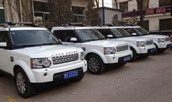 """照片中,清一色的白色路虎汽车均装有警灯,""""晋o""""开头,重复数字的特殊车"""