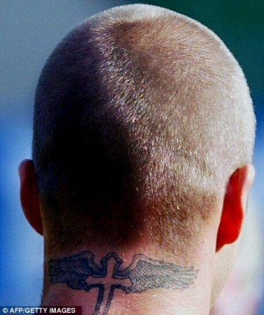 小贝脖子上标志性纹身-小贝海滩赤膊大秀新纹身 纹 爸爸妈妈 致敬双亲图片