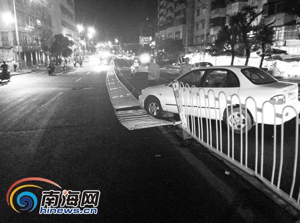 海口一男子醉酒驾车撞倒数十米护栏自称是公交车司机