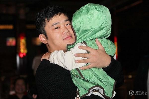 丫蛋1岁儿子首次曝光 王金龙与爱子玩舌吻图片
