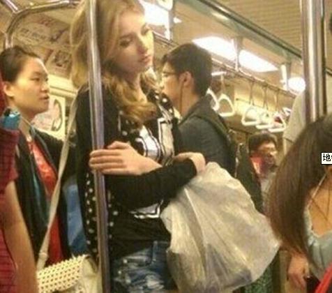 地铁歪头美女遭人肉 19岁嫩模克谢妮雅金色卷发成吸