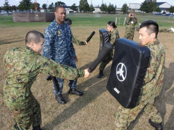 美军传授日本女兵近身格斗技巧