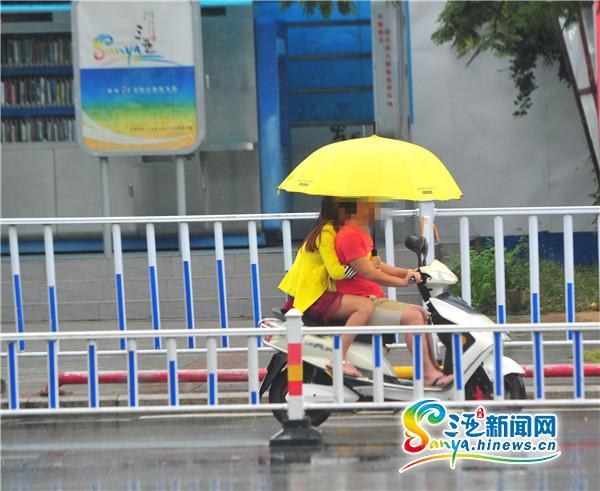 三亚:市民雨天骑车打伞很普遍交警回应:违规存隐患