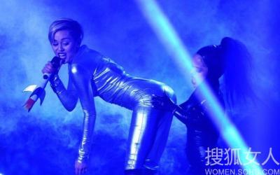 国女星秀热裤舞 明星演唱会尺度大堪比三级__