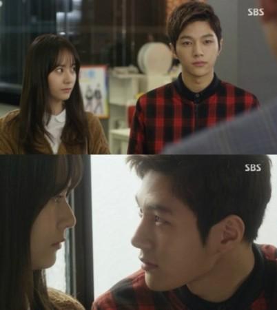 在《对我而言可爱的她》中,金明洙扮演的时宇暗恋郑秀晶扮演的尹世娜