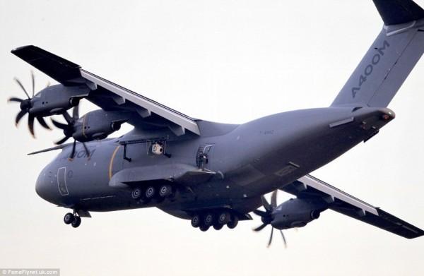 52岁阿汤哥拍碟中谍爬到a400m军用运输机外[组图]