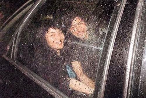 谢霆锋王菲十年前甜蜜旧照 牵手激吻秀恩爱