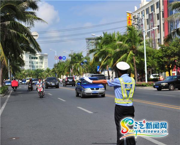 """旅游旺季即将到来三亚65名机关交警站""""高峰岗"""""""