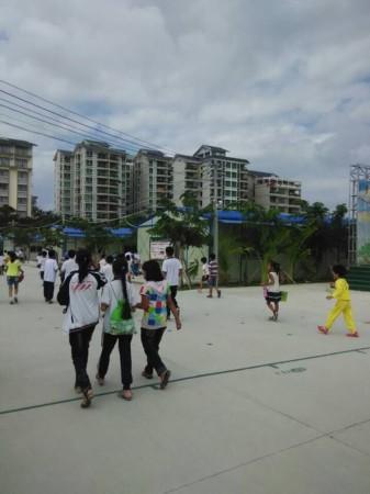 学生陆续走出三亚河西中心学校临时校区-400万元建的临时校区才用了图片