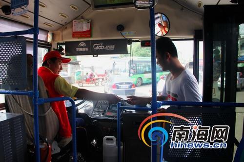 海口司机公交车上传递爱心身体力行宣传献血