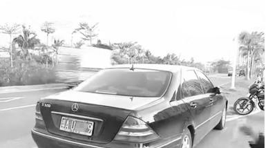海口滨江路:奔驰车撞飞女环卫工肇事司机被警方控制