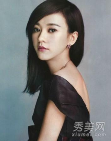 自然的中短发发型,齐肩的直发很是可爱清纯,大偏分的斜刘海搭配礼服