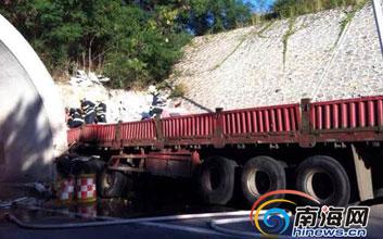 一卡车撞三亚绕城高速酸梅隧道洞口 2人死亡
