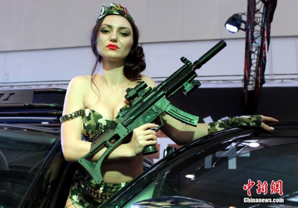 """外国车模持""""枪""""展豪车"""