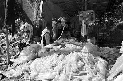 乐东佛罗镇两无证塑料废品加工厂藏身国道边