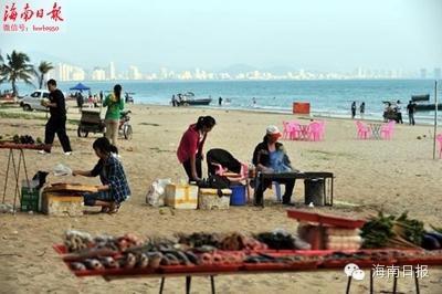 三亚湾海滩上大煞风景的烧烤摊.记者 王凯 摄
