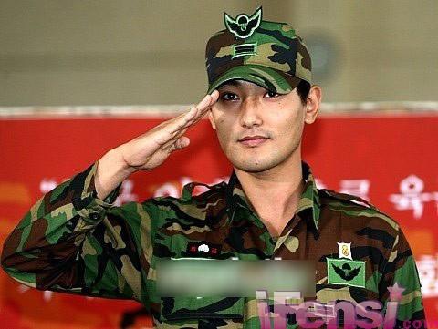 但是到了一定年龄还是要去当兵,今天我们来看一下韩国明星当兵的发型图片