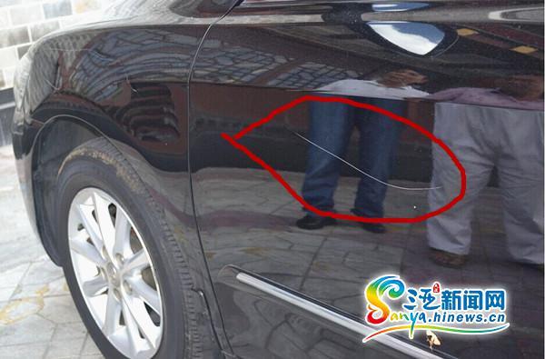 三亚一饭店保安被投诉霸道不吃饭停车扎轮胎刮车身