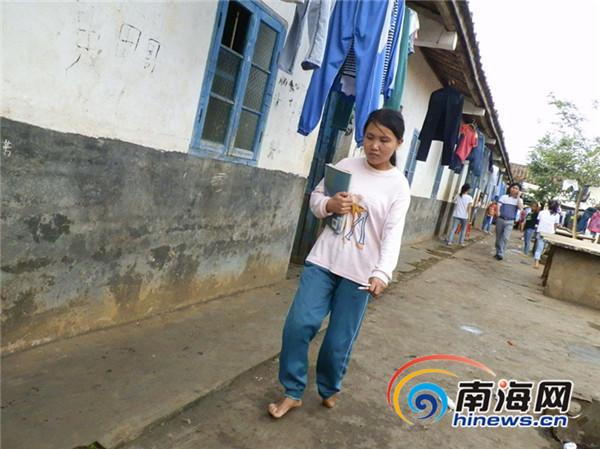 临高女孩出生3天被烫伤 光脚走路17年渴望穿鞋