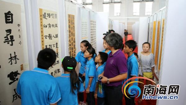 第八届中国·万宁中小学生书法节开幕展出590件作品