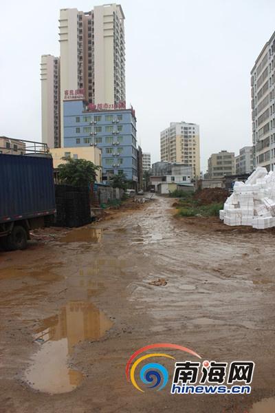 <b>海口:市政规划路修修停停滨河华庭业主投诉出行难</b>