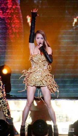 娱乐新闻 娱乐动态    百变歌后蔡依林以万蛇缠身的金色美杜莎造型