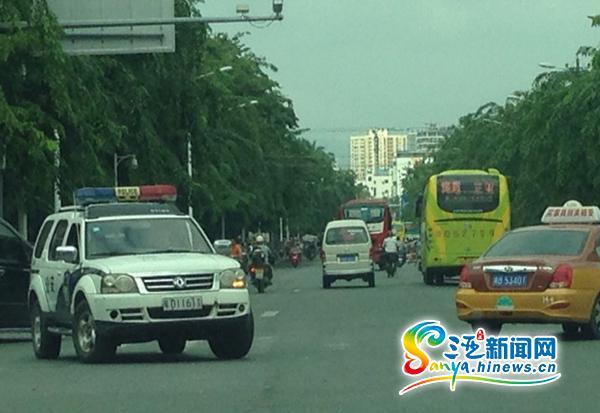 三亚市公安局回应警车逆行闯红灯:执行紧急公务
