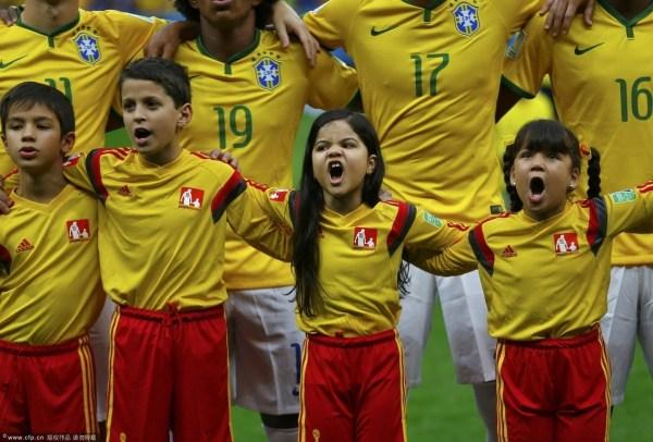 巴西小球童赛前嘶吼般唱着国歌-2014体坛感动时刻 李娜退役飙泪浅田图片