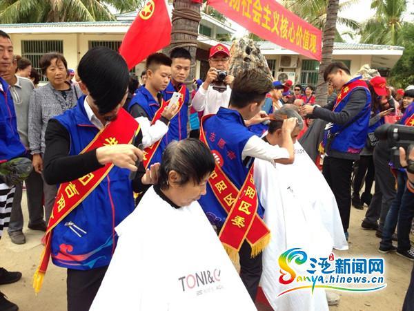 """三亚吉阳区志愿者开展""""便民一条街""""活动候鸟老人点赞"""